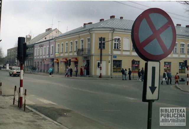 Suwałki, lata 90. XX w. Widok na sklep tzw. jedynkę albo tramwaj – budynek narożny.
