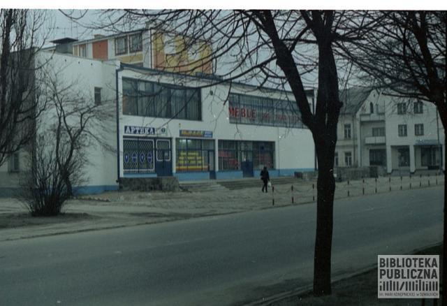 Ulica Waryńskiego. Po lewej stronie budynek, w którym działała znana restauracja Jaćwieska. W głębi widok na wielorodzinny budynek mieszkalny znajdujący się przy skrzyżowaniu ulic 1Maja i Waryńskiego. Lata 90. XX w.