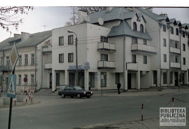 Suwałki, skrzyżowanie ulicy 1Maja i ulicy Waryńskiego. Widok na kamienicę i nowy wielorodzinny budynek mieszkalny. Lata 90. XX w.