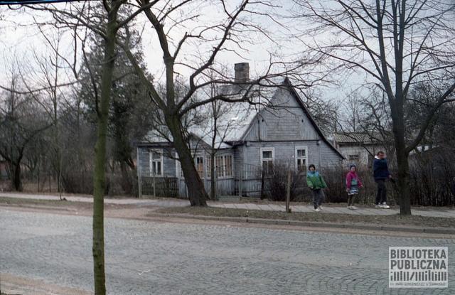 Fragment ulicy Pułaskiego (dawna Nowotki) w Suwałkach. Zdjęcie wykonane w latach 90. XX wieku.
