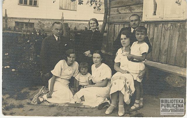 Od lewej Piotr Chuchnowski, Anna, Władysław Nowikowscy. Siedzą od lewej Alicja Mikielkiewicz, Wiesław (brat Lecha), Eugenia Mikielkiewicz. Wanda Nowikowska z synem Leszkiem na kolanach.