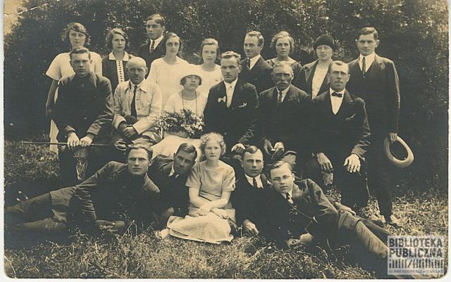 Po prawej stronie od pana młodego ojciec – Wincenty Nowikowski. Po lewej od panny młodej – jej ojciec Józef Mikielkiewicz.