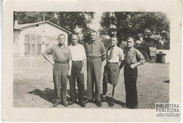 Grupa mężczyzn, drugi od lewej w białej koszuli stoi Kajetan Kuczyński. Zdjęcie pochodzi z 1945 r. Zrobione zostało po wyjściu z obozu koncentracyjnego Mauthausen-Gusen. Na odwrocie odręczna adnotacja p. Ryty Mitros (z d. Kuczyńskiej - córki).