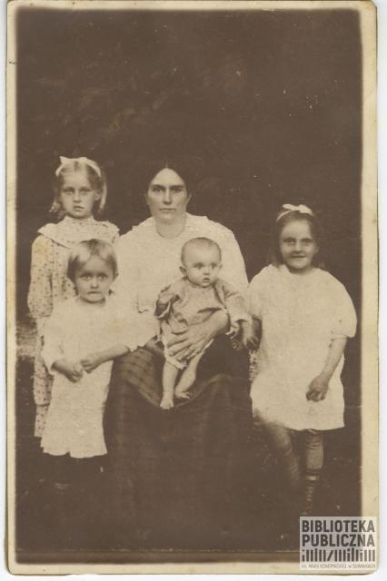 Fotografia rodzinna – Michalina Majewska (z Ołdaków) z córkami: Heleną (1904-1987), Marią (1906-1986), Apolonią (1909-1984) i Wandą (1912-1985) (siedzi na kolanach u mamy). Zdjęcie wykonane w 1913 r. Z prywatnych zbiorów pani Ryty Mitros (z d. Kuczyńskiej)