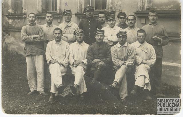 Żołnierze przed szpitalem okręgowym Załogi Nr 3 w Wilnie. Zdjęcie wykonano 15 listopada 1923 r. podczas pobytu Kajetana Kuczyńskiego w szpitalu (zabieg operacyjny palca lewej stopy). Kajetan Kuczyński stoi trzeci od lewej.3 Dywizjon Artylerii Konnej przy 3 Bz Jazdy. Ze zbiorów pani Ryty Mitros (z d. Kuczyńskiej)