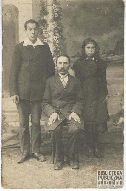 Zdjęcie rodzinne Kuczyńskich wykonane w Samarze (Rosja). Kuczyńscy przebywali tam podczas I wojny światowej (1914-1918). Siedzi Włodzimierz Kuczyński (ojciec), stoją dzieci: od lewej – Kajetan Kuczyński (syn), od prawej – Helena Kuczyńska (córka), po mężu Motulewicz. Ze zbiorów pani Ryty Mitros (z d. Kuczyńskiej).