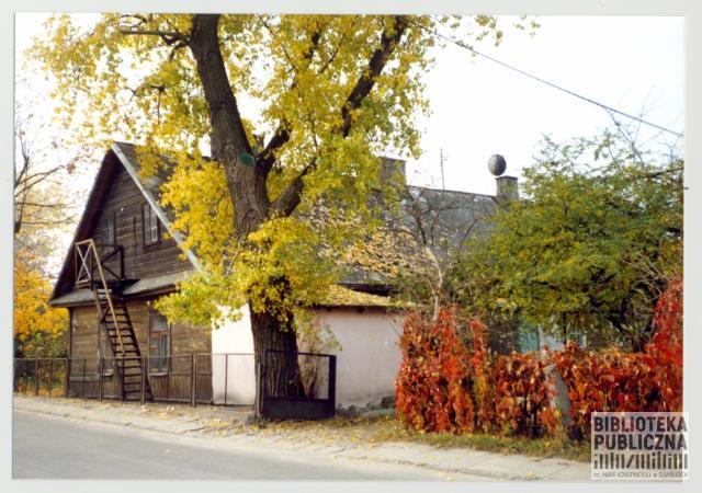 Fragment ulicy Szkolnej w Suwałkach (październik 2000 r.). Widoczny dom - ul. Szkolna 5. Ze zbiorów Marii Sieniewicz.