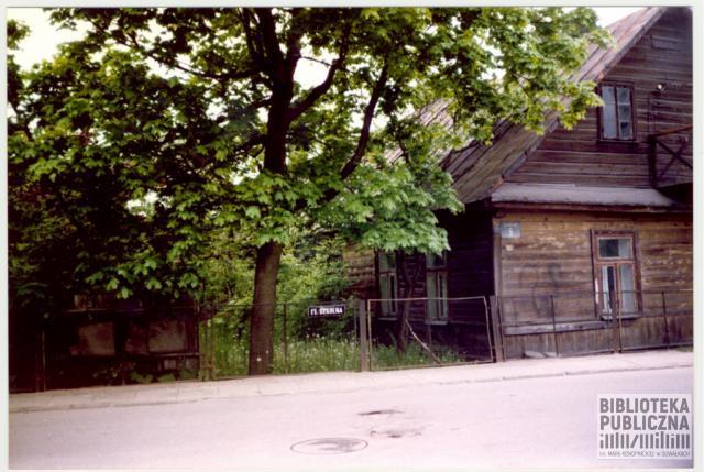 Suwałki, fragment ulicy Szkolnej, widoczny nieistniejący już dom (ul. Szkolna 5). Ze zbiorów Marii Sieniewicz