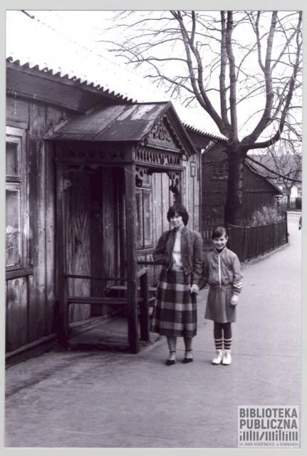 Suwałki, fragment ulicy Gałaja (1984 r.), widać charakterystyczny nieistniejący już drewniany ganek przed jednym z budynków. Ze zbiorów Marii Sieniewicz.