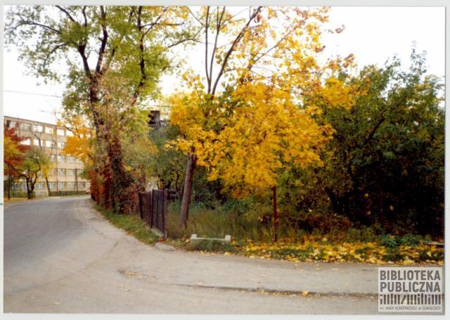 Suwałki, fragment ulicy Szkolnej. Po prawej stronie fragment ogrodzenia przy posesji nr 5, po lewej widoczny fragment budynku internatu (bursy szkolnej). Ze zbiorów Marii Sieniewicz