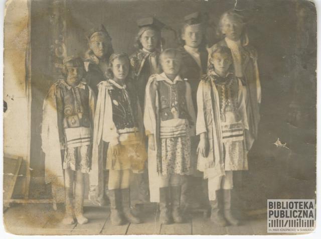 Grupa dzieci z Polskiego Domu Dziecka (w Bolszoj Jerbie). Przedstawienie jasełkowe. Zdjęcie ze zbiorów pani Stanisławy Urbanowicz.