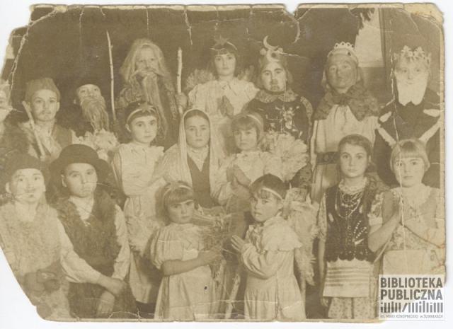 Grupa dzieci z Polskiego Domu Dziecka w Bolszoj Jerbie biorąca udział w przedstawieniu jasełkowym. Zdjęcie ze zbiorów pani Stanisławy Urbanowicz.