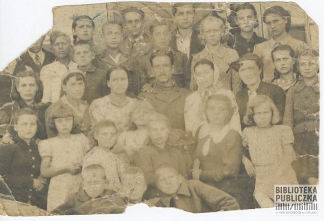 Wychowankowie i personel Polskiego Domu Dziecka w Bolszoj Jerbie (Rosja). Zdjęcie ze zbiorów pani Stanisławy Urbanowicz.