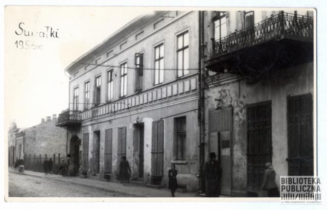 Fragment obecnej ulicy Chłodnej (dawniej 22 Lipca), strona północna. Zdjęcie pochodzi z zakładu fotograficznego prowadzonego przez Jadwigę i Edwarda Chomskich. Zgodnie z opisem wykonano je w 1956 r. Ze zbiorów prywatnych Zbigniewa Chomskiego.