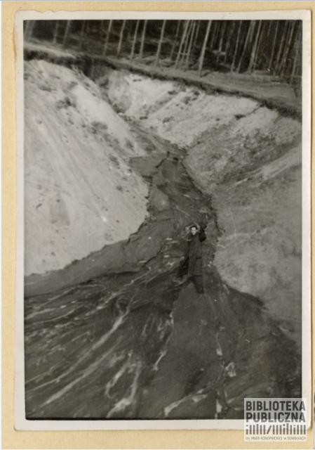 Fotografia wykonana ok. 1939 r. Wilno - tzw. rowy sapieżyńskie (pagórkowaty częściowo zadrzewiony teren, na którym znajduje się m. in. zajmujący 15 hektarów Cmentarz Antokolski określany jako wojskowy). Ze zbiorów prywatnych Zbigniewa Chomskiego.