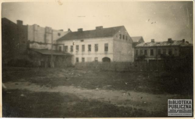 Zabudowania przy obecnej ulicy Chłodnej (dawniej 22 Lipca) strona północna. Budynek widoczny od strony podwórka. Zdjęcie pochodzi prawdopodobnie z lat 50. XX w. Ze zbiorów prywatnych Zbigniewa Chomskiego.