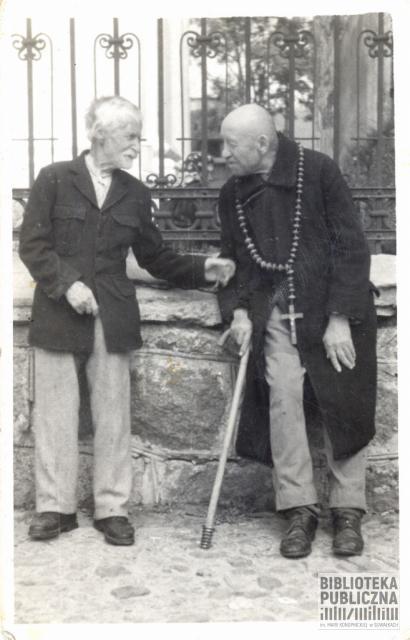 Suwałki. Dwaj żebracy przed kościołem św. Aleksandra. Z prywatnych zbiorów Zbigniewa Chomskiego