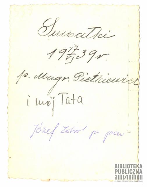 Fotografia wykonana na suwalskiej ulicy w czerwcu 1939 roku. Dwaj mężczyźni to zgodnie z opisem na odwrocie zdjęcia: z lewej p. Pietkiewicz, z prawej strony Józef Zdrodowski. Ze zbiorów prywatnych Czesława Zdrodowskiego.