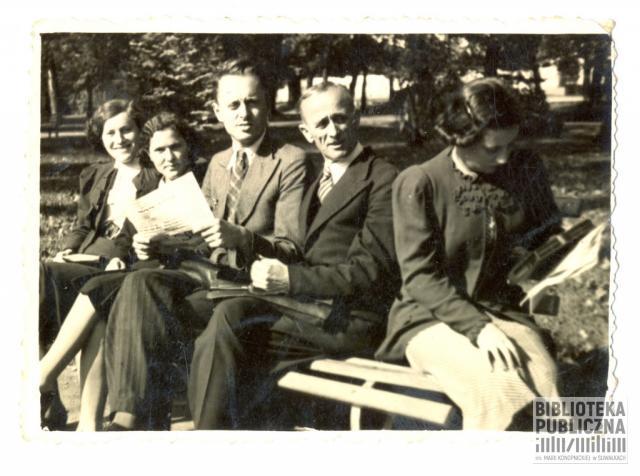 W parku miejskim (obecnie Park Konstytucji 3 Maja) na ławeczce siedzą trzy kobiety i dwóch mężczyzn. Drugi z prawej strony to Józef Zdrodowski. Ze zbiorów prywatnych Czesława Zdrodowskiego.