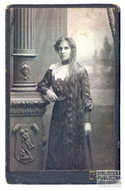 Agnieszka Zdrodowska (z d. Warchoł) żona Józefa Zdrodowskiego. Zdjęcie wykonane w 1910 r. Fotografia w atelie Bernardii, litograf łódzki S. M. Spiewak.