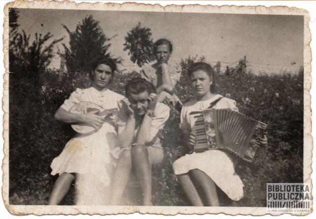 Zofia Skorupska z koleżankami. Nie tworzyły zespołu; zdjęcie pozowane.