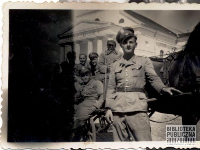 Wojsko polskie na tle suwalskiej dorożki powożonej przez dorożkarza Michała Skorupskiego.