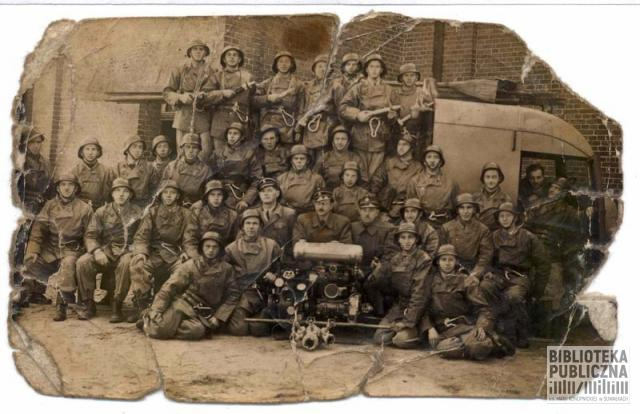 Zdjęcie wykonane prawdopodobnie w okresie powojennym. Najwyżej stoi, drugi od lewej, wujek rozmówcy, Ludwik Winckiewicz
